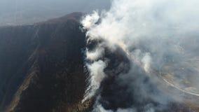 在浓烟盖的山的空中英尺长度 影视素材