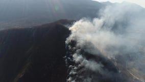 在浓烟盖的山的空中英尺长度 股票录像