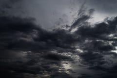 在浩大的天空的乌云暴雨 免版税库存图片
