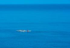 在浩大的蓝色海洋的皮船队 免版税库存照片