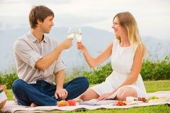 在浪漫下午野餐的有吸引力的夫妇 库存照片