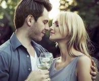 在浪漫亲吻前的片刻 免版税库存照片