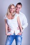 在浪漫关系的有吸引力的新夫妇 免版税库存照片