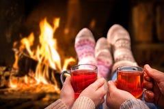 在浪漫壁炉的被仔细考虑的酒 免版税库存照片