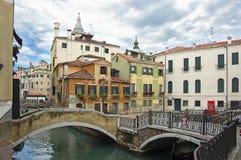 在浪漫威尼斯的桥梁运河 免版税库存图片