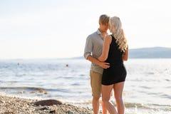 在浪漫容忍的美好的年轻夫妇在海滩在夏天 免版税库存图片