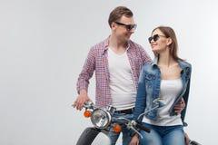 在浪漫旅行的美好的年轻爱恋的夫妇 库存图片