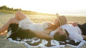 在浪漫爱位置的夫妇在太阳下 一起看起来令人惊讶的消费蜜月的他们 股票录像