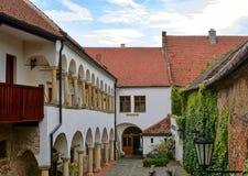 在浪漫都市风景的看法 历史的都市后院 有拱廊的新生房子 免版税图库摄影