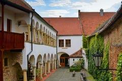 在浪漫都市风景的看法 历史的都市后院 有拱廊的新生房子 免版税库存图片
