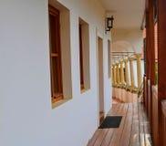 在浪漫都市风景的看法 历史的都市后院 有拱廊的,凉廊新生房子 特写镜头 免版税库存图片