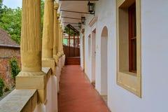 在浪漫都市风景的看法 历史的都市后院 有拱廊的,凉廊新生房子 特写镜头 免版税库存照片