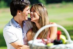 在浪漫野餐的有吸引力的夫妇在乡下 免版税库存照片
