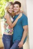 在浪漫年轻人之外的大厦夫妇 免版税图库摄影