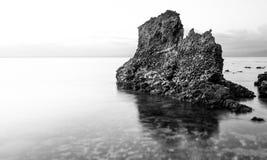 在浪潮的岩石 免版税库存照片
