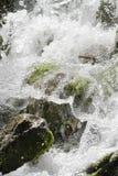 在浪端的白色泡沫的瀑布场面 库存图片