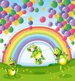 在浮动下的三只青蛙在彩虹附近迅速增加 皇族释放例证