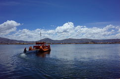 在浮动海岛的一条传统芦苇小船 库存照片