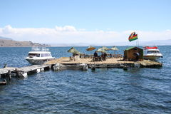 在浮动海岛的小船Titicaca湖的 库存图片