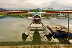 在浮游物的一架水上飞机在育空 免版税库存照片