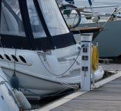 在浮船停泊的游艇船尾 免版税库存照片