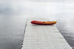 在浮船坞的一条皮船小船 免版税库存图片