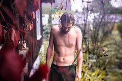 在浴以后的一个年轻人出去了入新鲜空气 图库摄影
