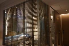 在浴室镜子墙壁上的现代帷幕 免版税库存图片