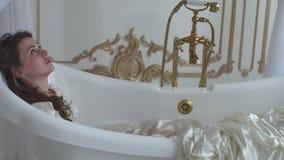 在浴的古板的卫生间里的年轻哀伤的妇女,装饰在舞会礼服关闭 股票视频
