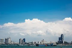 在海、天空和云彩附近的城市大厦 图库摄影
