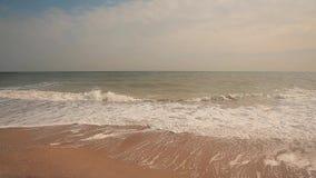 在海、风平浪静、干净的海滩和小波浪的小波浪 影视素材