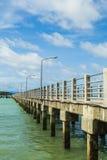 在海上的一座长的桥梁 免版税库存图片