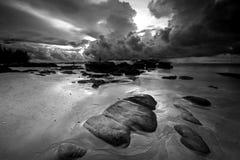 在海上的弯曲的云彩 免版税库存图片