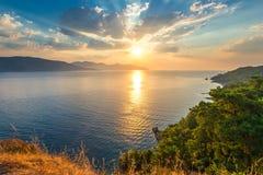 在海上的明亮的太阳 免版税库存照片