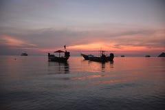 在海上的桃红色天空 免版税图库摄影
