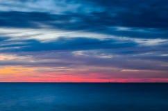 在海上的长的曝光日落 免版税库存照片