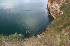 在海上的高峭壁 免版税图库摄影