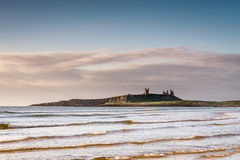 在海上的Dunstanburgh城堡 免版税图库摄影