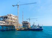 在海上设施的近海船 免版税库存图片