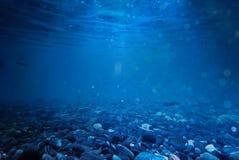 在海下的岩石挥动在泰国的水 与全部o的背景 库存照片