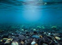 在海下的岩石挥动在泰国的水 与全部o的背景 免版税库存照片