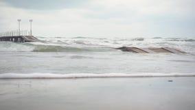在海下的慢动作木码头风暴的 股票录像