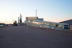 在海中心` Vellamo `附近的6月微明 城市芬兰kotka横向公园岩石sapokka视图 免版税库存照片