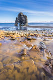 在海中的石头在北冰岛 库存图片