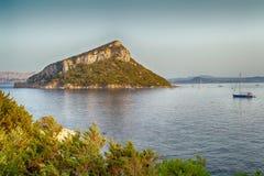 在海中间的小岛 免版税库存照片