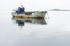 在海中间停住的渔船 免版税库存照片