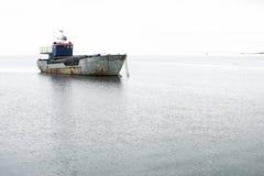 在海中间停住的渔船 免版税库存图片