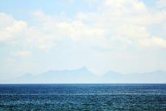 在海之外的山作为妙境 库存图片
