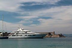 在海乘快艇在罗得岛附近海岛  库存图片