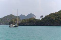 在海乘快艇在Mu Ko Ang皮带全国海岸公园 库存照片